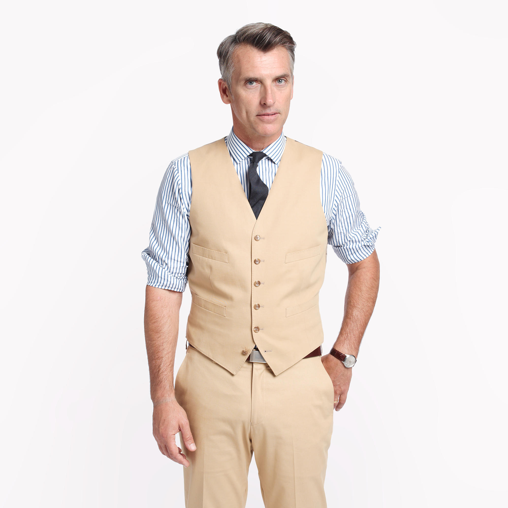 When it comes to men's pants, chinos are undoubtedly an essential style. As versatile as they are fashionable, these trousers are a must-have for every man.